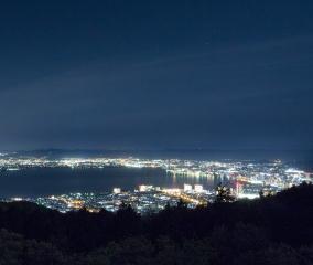 琵琶湖をぐるりと囲む光がきらめく夜景