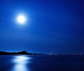 水面に映る月光の道「ムーンロード」