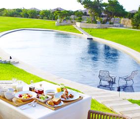 プールサイドで琉球朝食