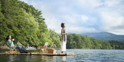 360°の新緑に囲まれながら寛ぐ「湖上ピクニック」