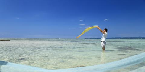 竹富島の手仕事に触れる、島色に染まる旅