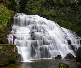 ヤマネコの城と称えられる美しき滝へ