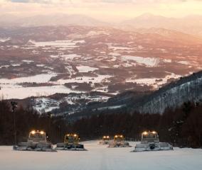 夕日に照らされるゲレンデ圧雪チーム