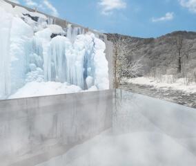 氷瀑がそびえる露天風呂「氷瀑の湯」